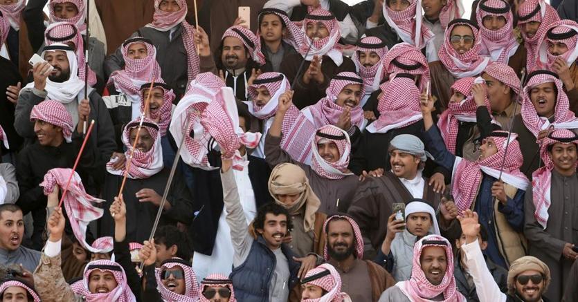 Pubblico a una gara tra cammelli all'annuale fiera a 160 chilometri da Riad